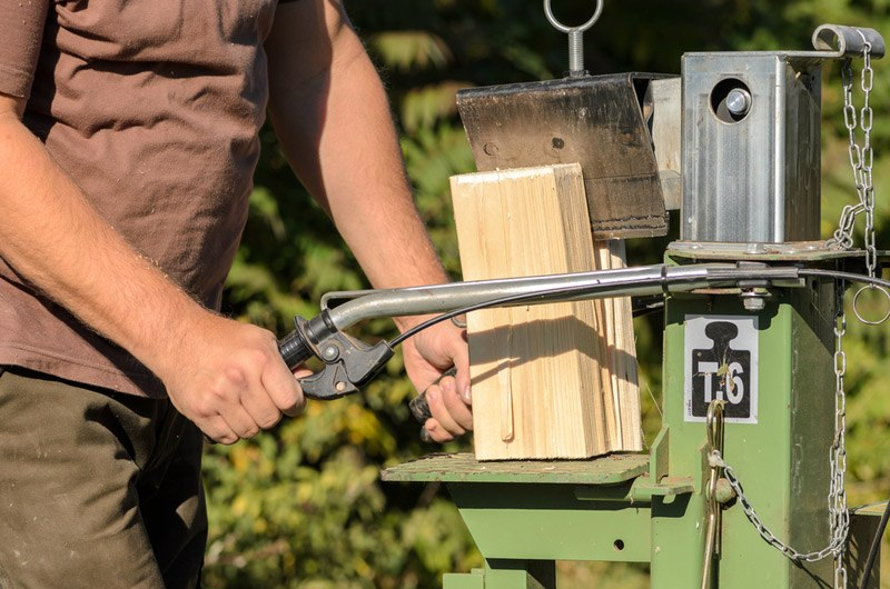 using a electric log splitter