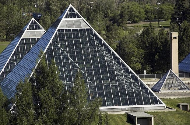 Pyramid shape greenhouse